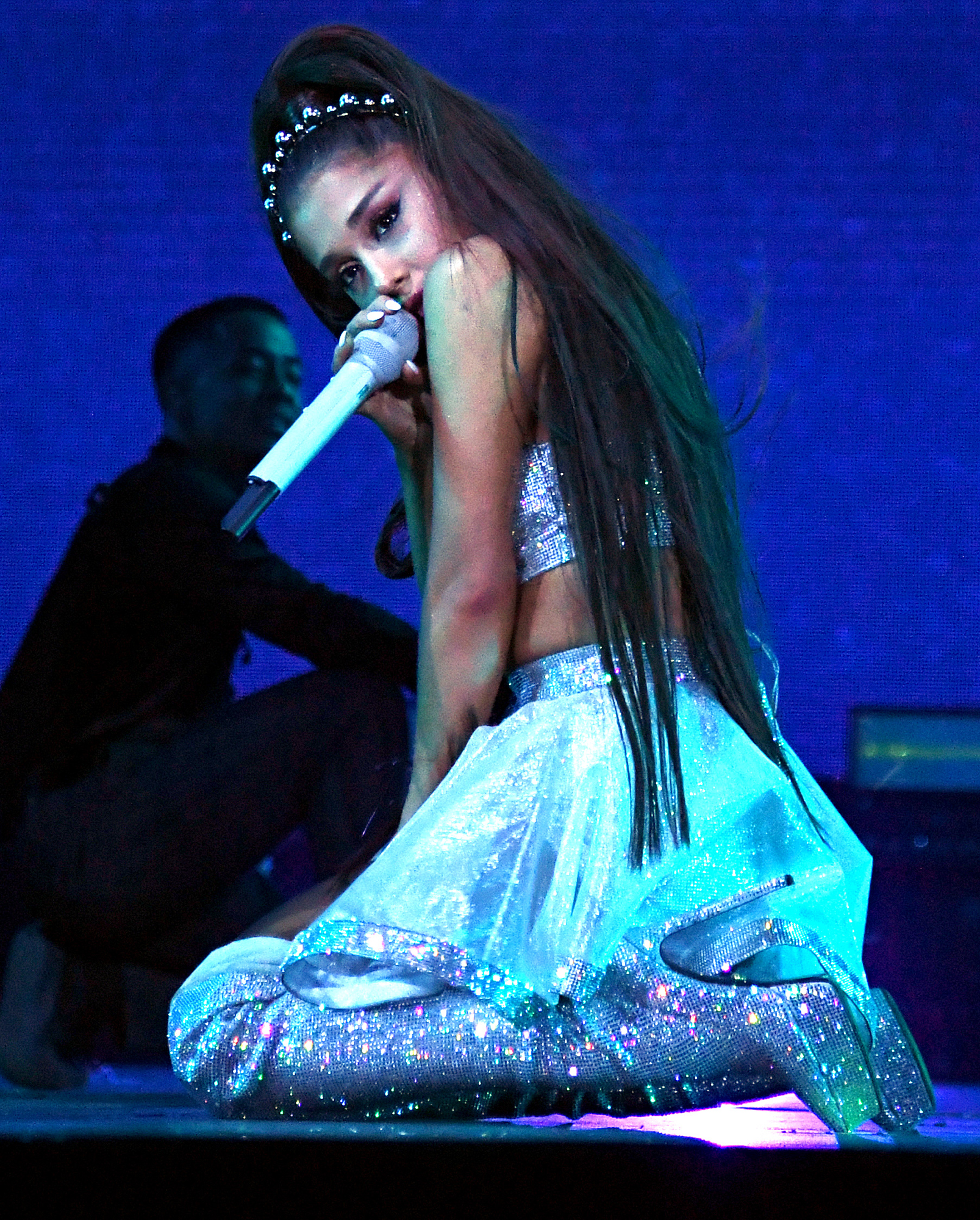 Ariana-Grande-tribute-Mac-Miller-Coachella - INDIO, CALIFORNIA – APRIL 14: Ariana Grande performs on Coachella Stage during the 2019 Coachella Valley Music And Arts Festival on April 14, 2019 in Indio, California. (Photo by Kevin Mazur/Getty Images for AG)