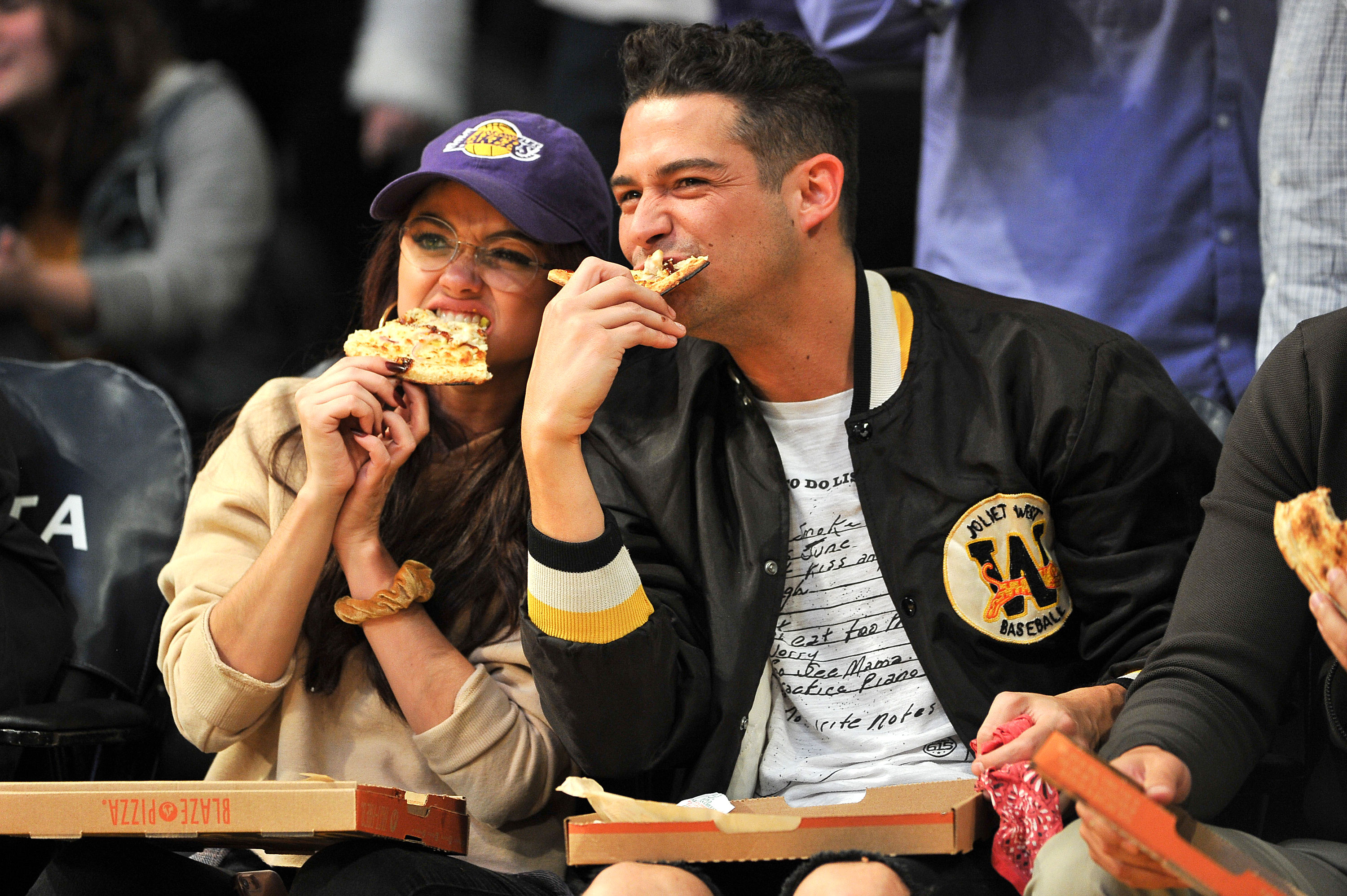 Celebs Eating Courtside - LOS ANGELES, CA – NOVEMBER 21: Actress Sarah Hyland and boyfriend Wells Adams attend a basketball game between the Los Angeles Lakers and the Chicago Bulls at Staples Center on November 21, 2017 in Los Angeles, California. (Photo by Allen Berezovsky/Getty Images)