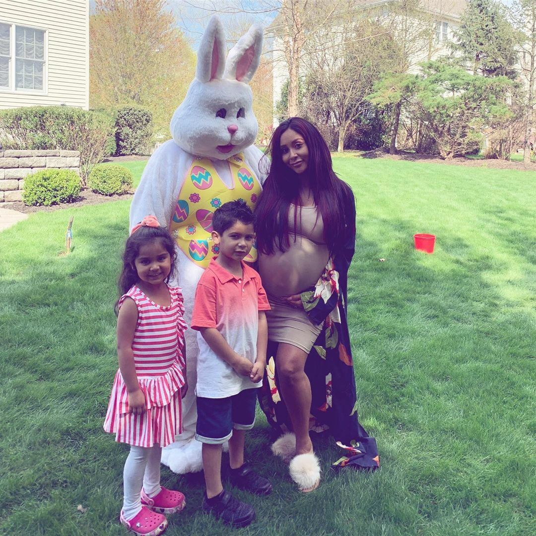 "Easter Kids - Nicole ""Snooki"" Polizzi 's kids posed for a pic with their pregnant mom and the Easter Bunny."