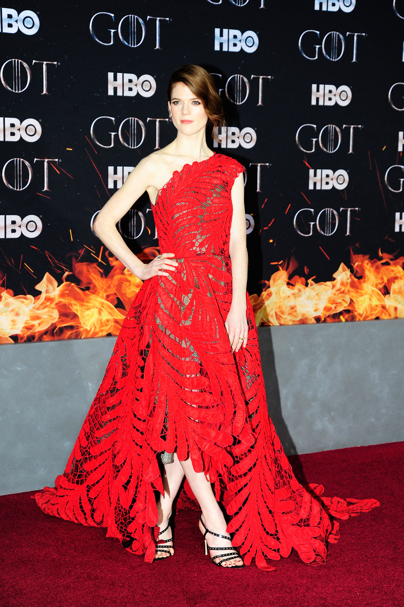 Rose Leslie game of thrones - Wearing an asymmetrical red Oscar de la Renta tea-length dress.
