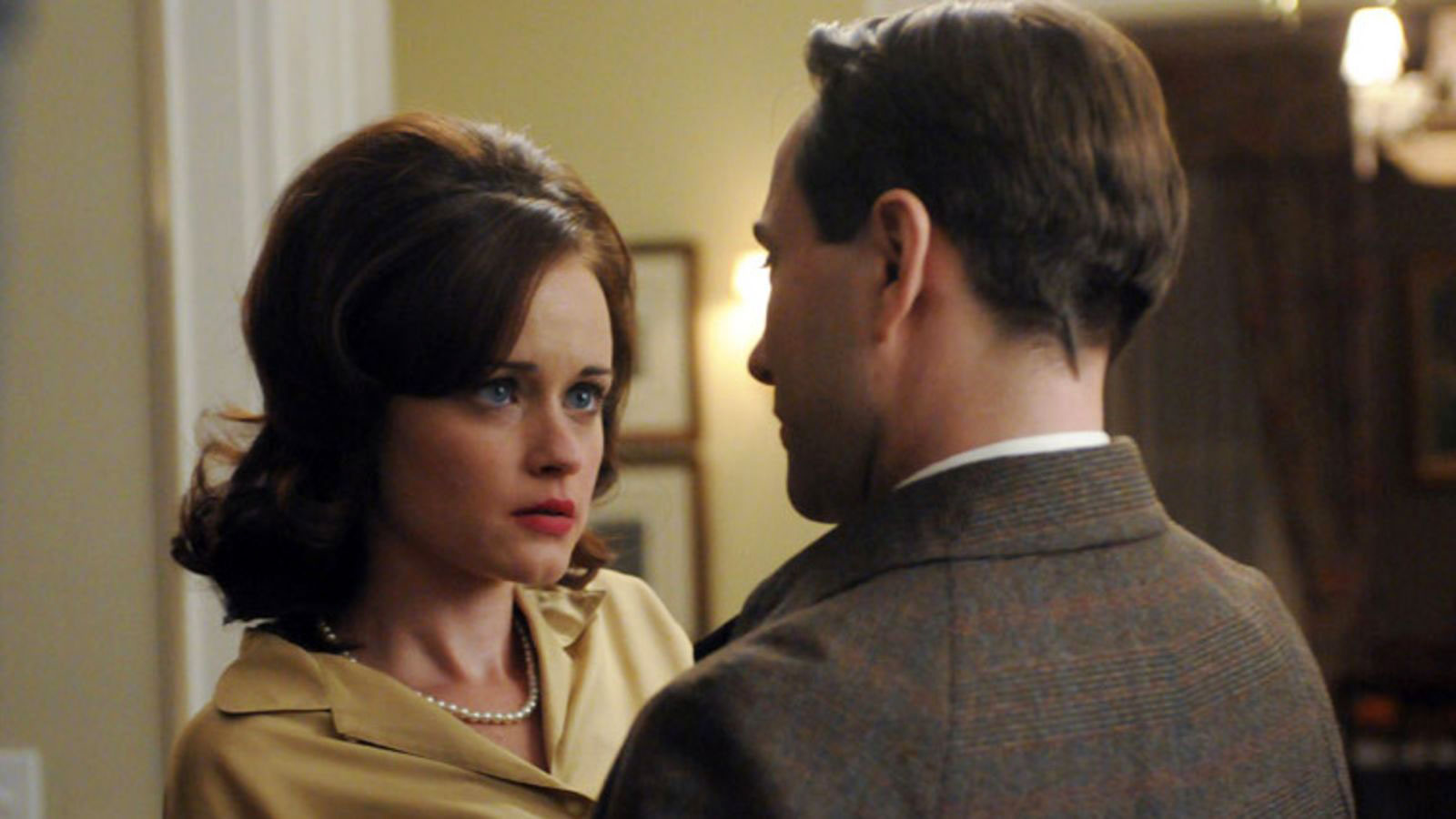 TV Couples Who Dated IRL Pete and Beth Mad Men - In Mad Men , Beth had an affair with Peter while she's married. However, in real life, Vincent Kartheiser and Alexis Bledel began quietly dating while filming the show.