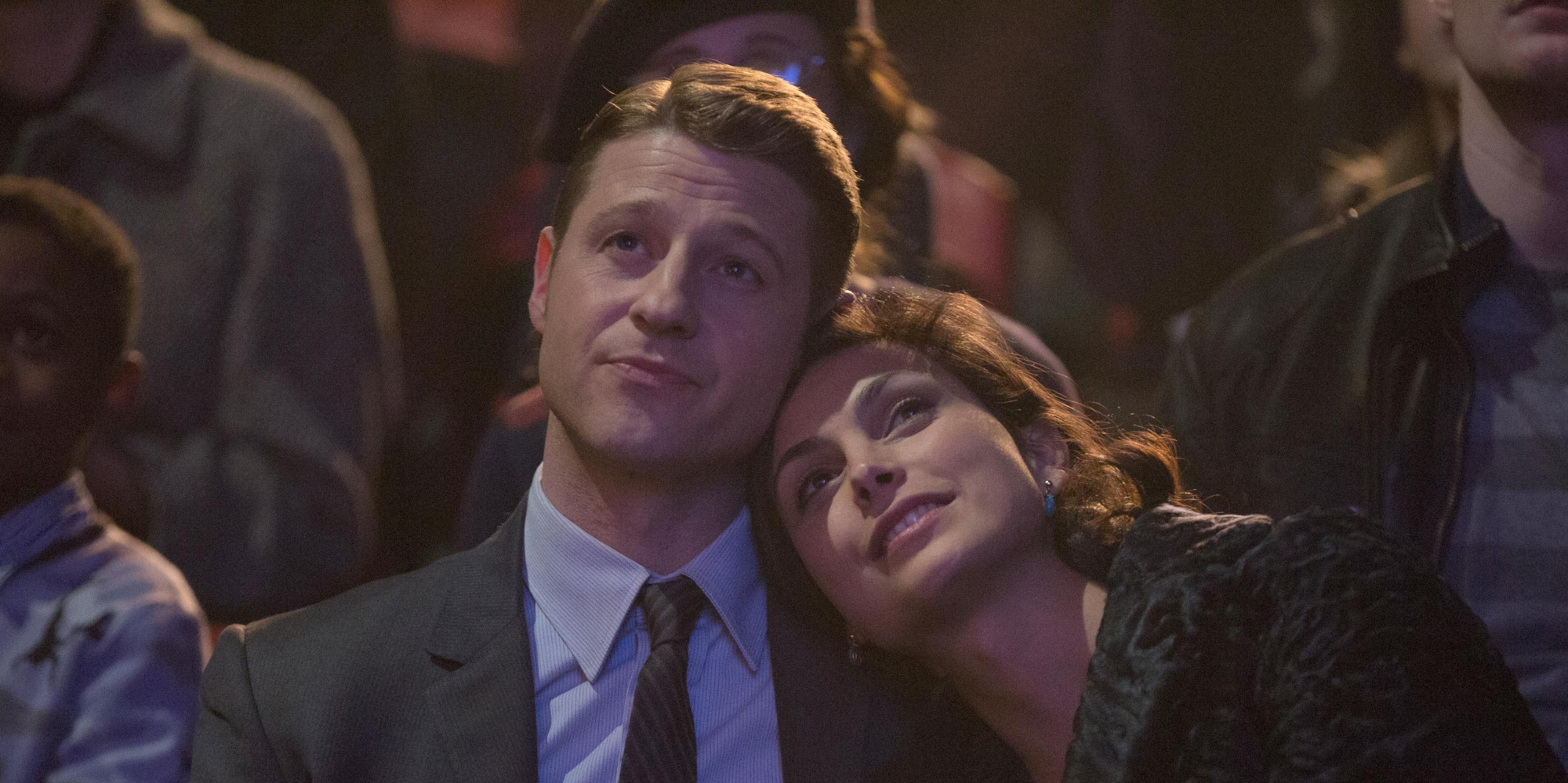 TV Couples Who Dated IRL Gordon and Leslie Gotham - On Gotham , Ben McKenzie and Morena Baccarin – who both also appeared on The O.C. – portrayed husband and wife. In real life, the actors welcomed a daughter in 2016 and tied the knot in 2017.