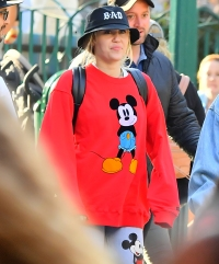 miley-cyrus-at-disneyland