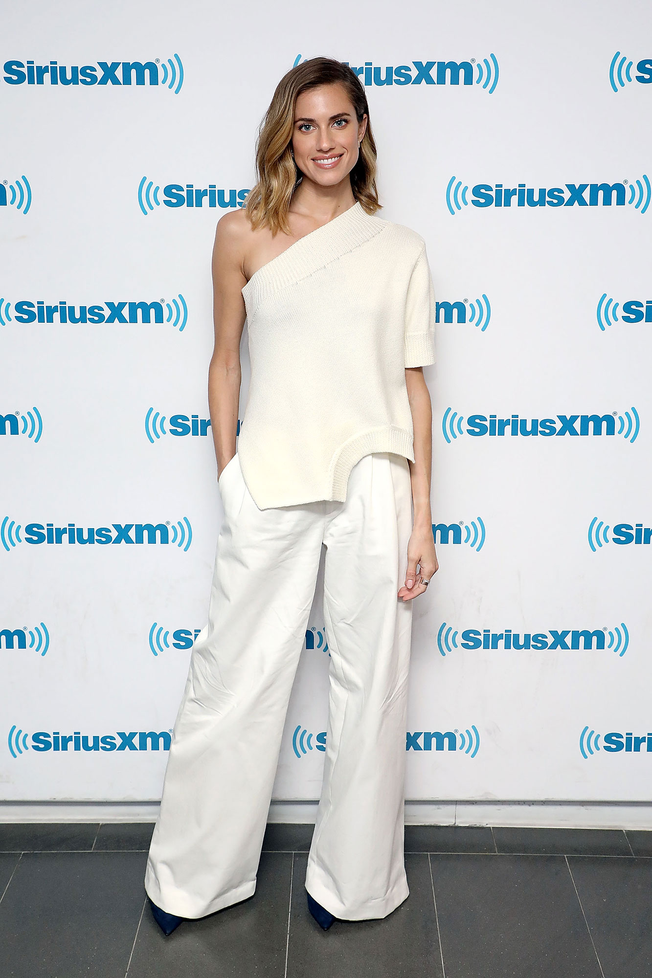 Allison Williams Memorial Day White - Feel comfortable but look good in a slouchy chic look like the former Girls star on May 21, 2019.