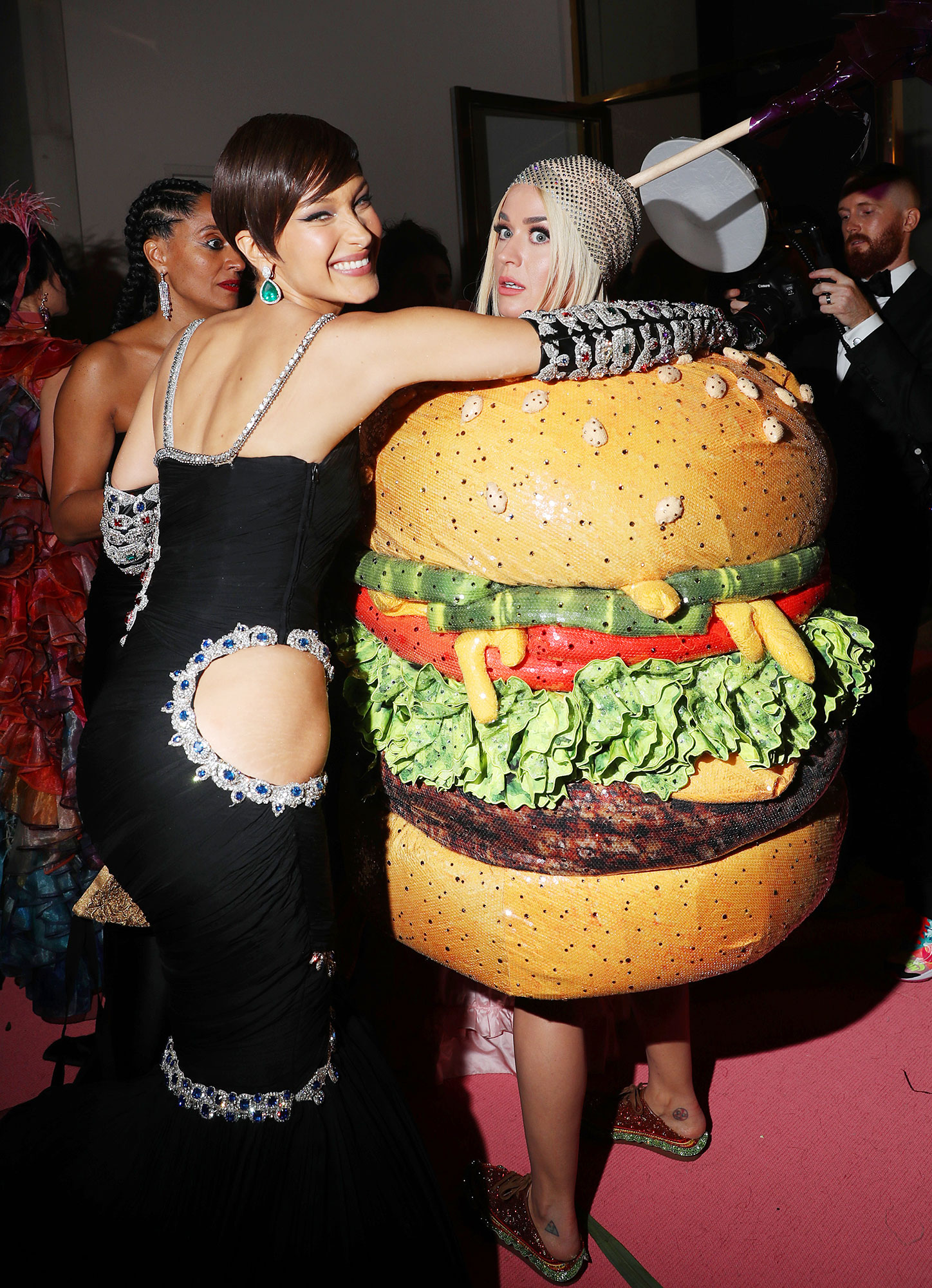 Met Gala 2019 What You Didnt See Bella Hadid Katy Perry - Bella Hadid embraced Katy Perry — and her hamburger outfit change.