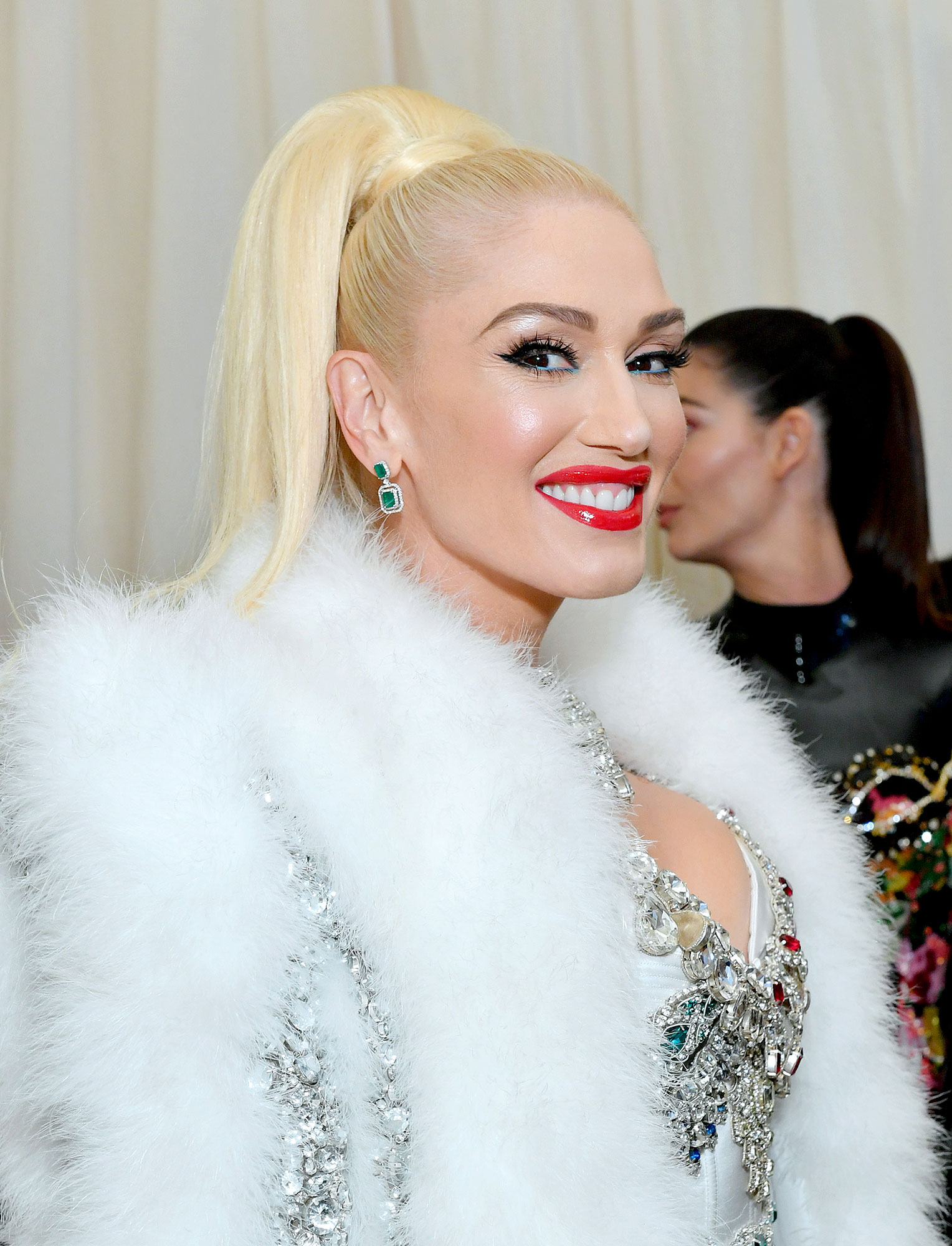 Gwen Stefani Fresh Cat Eye - For a very minimal color addition, the platinum beauty added the tiniest bit of blue to the bottom waterline for her 2019 Met Gala makeup.