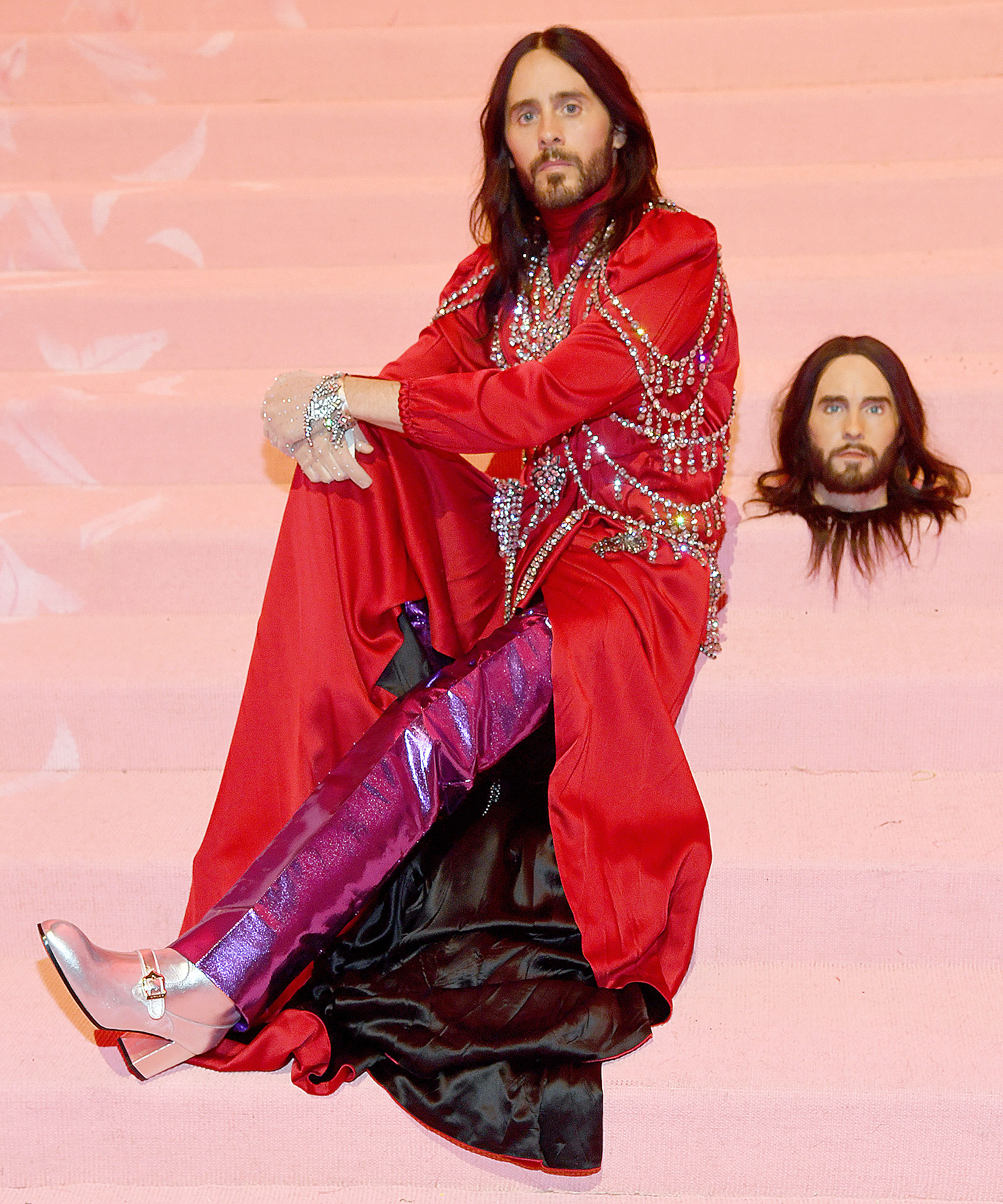 Met Gala 2019 What You Didnt See Jared Leto - Jared Leto rested his severed head next to him on the Met steps.