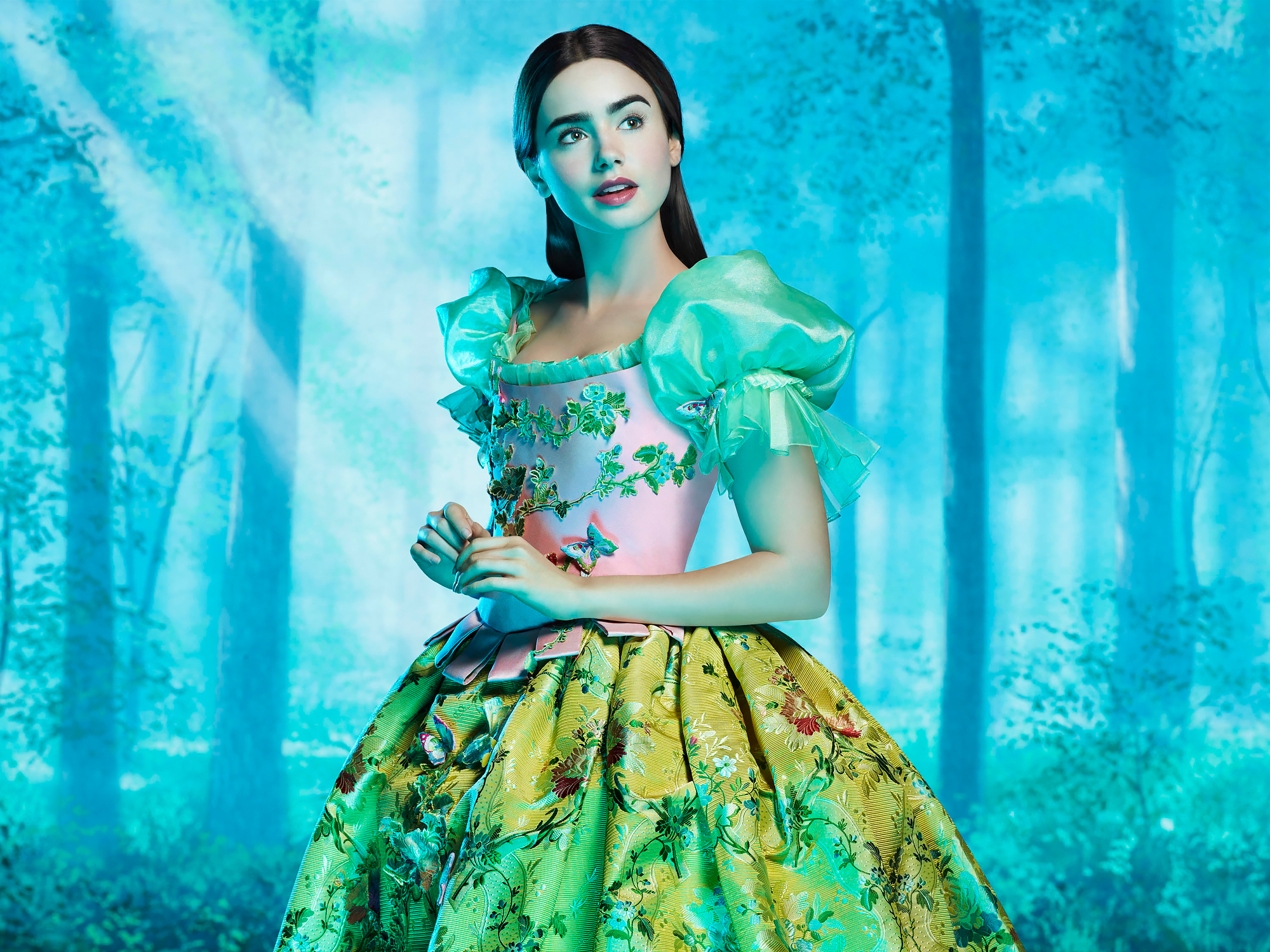 Lily-Collins-Snow-White - Collins was the fairest princess of all with her jet black hair and snow white skin in 2012's Mirror Mirror (Just don't tell her onscreen evil stepmother, Julia Roberts !).