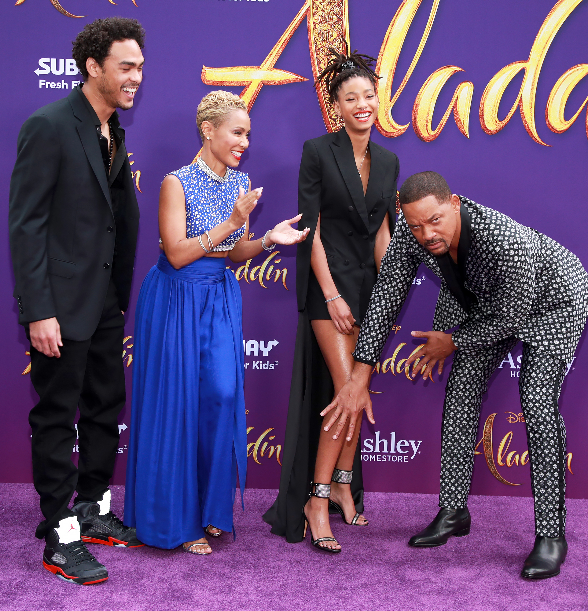Trey-Smith,-Jada-Pinkett-Smith,-Willow-Smith-and-Will-Smith-Aladdin-premiere-3 - Will jokingly hid Willow's legs from the cameras.