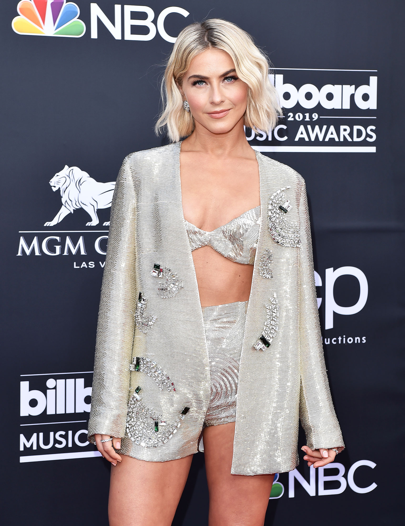 Julianne Hough hair transformation - Julianne Hough attends the 2019 Billboard Music Awards at MGM Grand Garden Arena on May 01, 2019 in Las Vegas, Nevada.