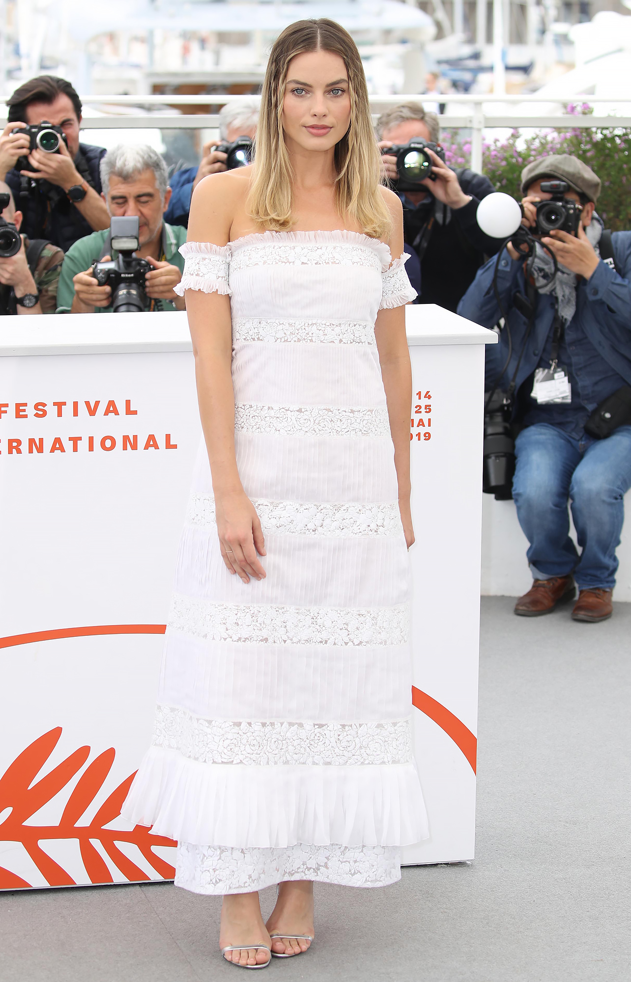 "margot-robbie - CANNES, FRANCE – MAY 22: Margot Robbie attends the photocall for ""Once Upon A Time In Hollywood"" during the 72nd annual Cannes Film Festival on May 22, 2019 in Cannes, France. (Photo by Mike Marsland/WireImage)"