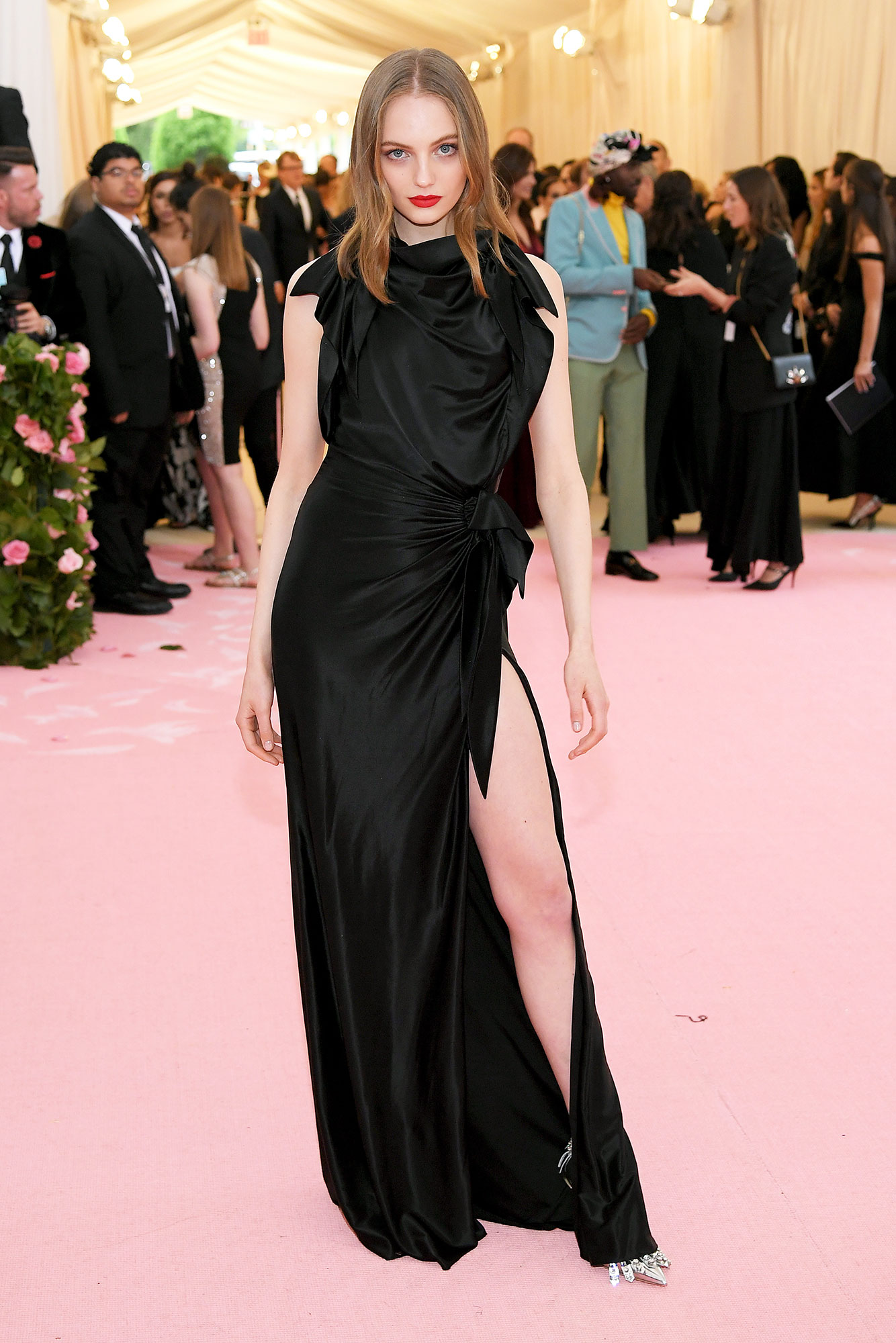 Fran Summers met gala - Wearing a black sleeveless gown with a thigh-high slit.