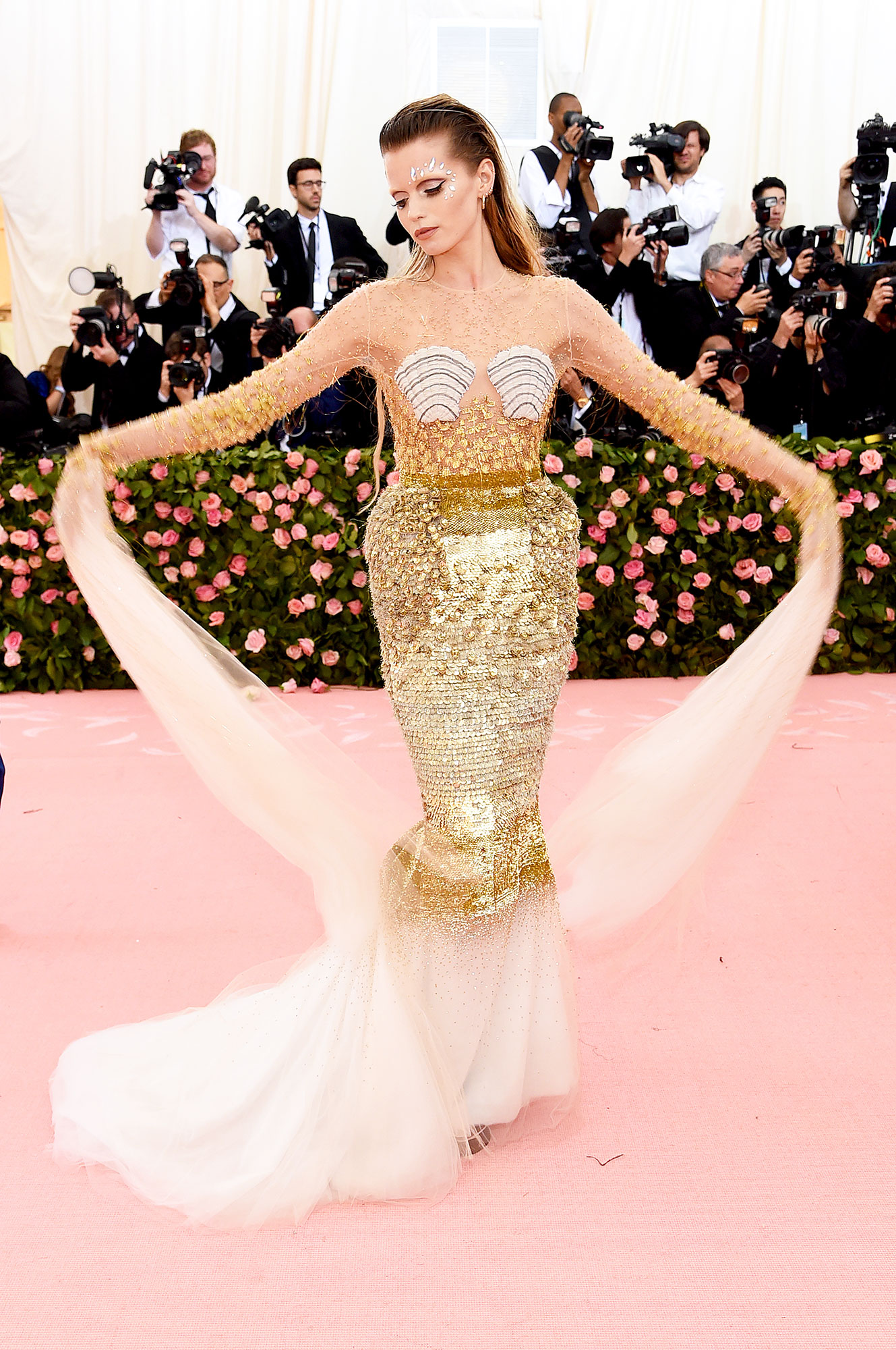 Abbey Lee Kershaw met gala 2019 - Wearing a shimmering gold Thom Browne gown with tulle details.