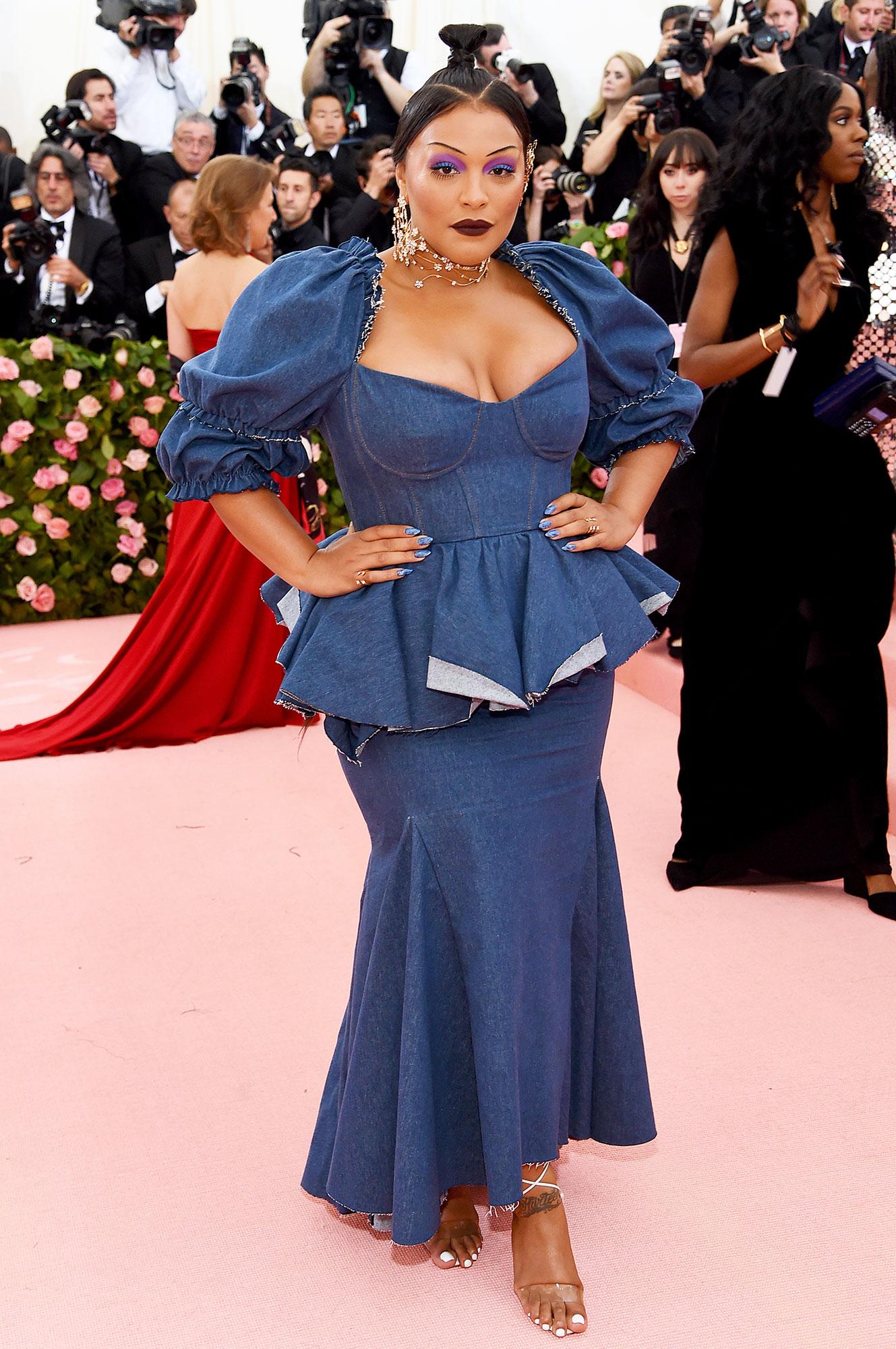 Paloma Elsesser met gala 2019 - Wearing a blue peplum tea-length frock.