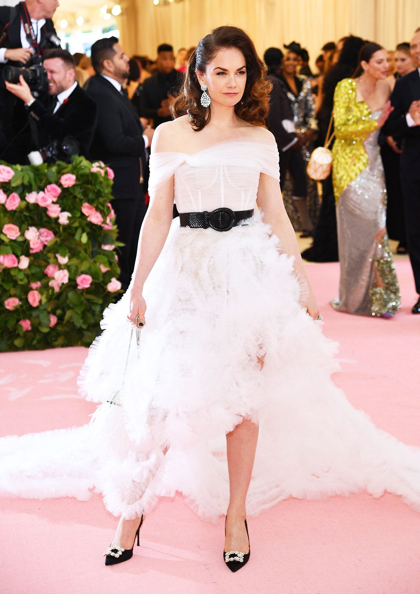 Ruth Wilson met gala 2019 - Wearing a white off-the-shoulder dress with a high-low hemline.