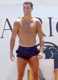 Cristiano-Ronaldo-shirtless-on-yacht