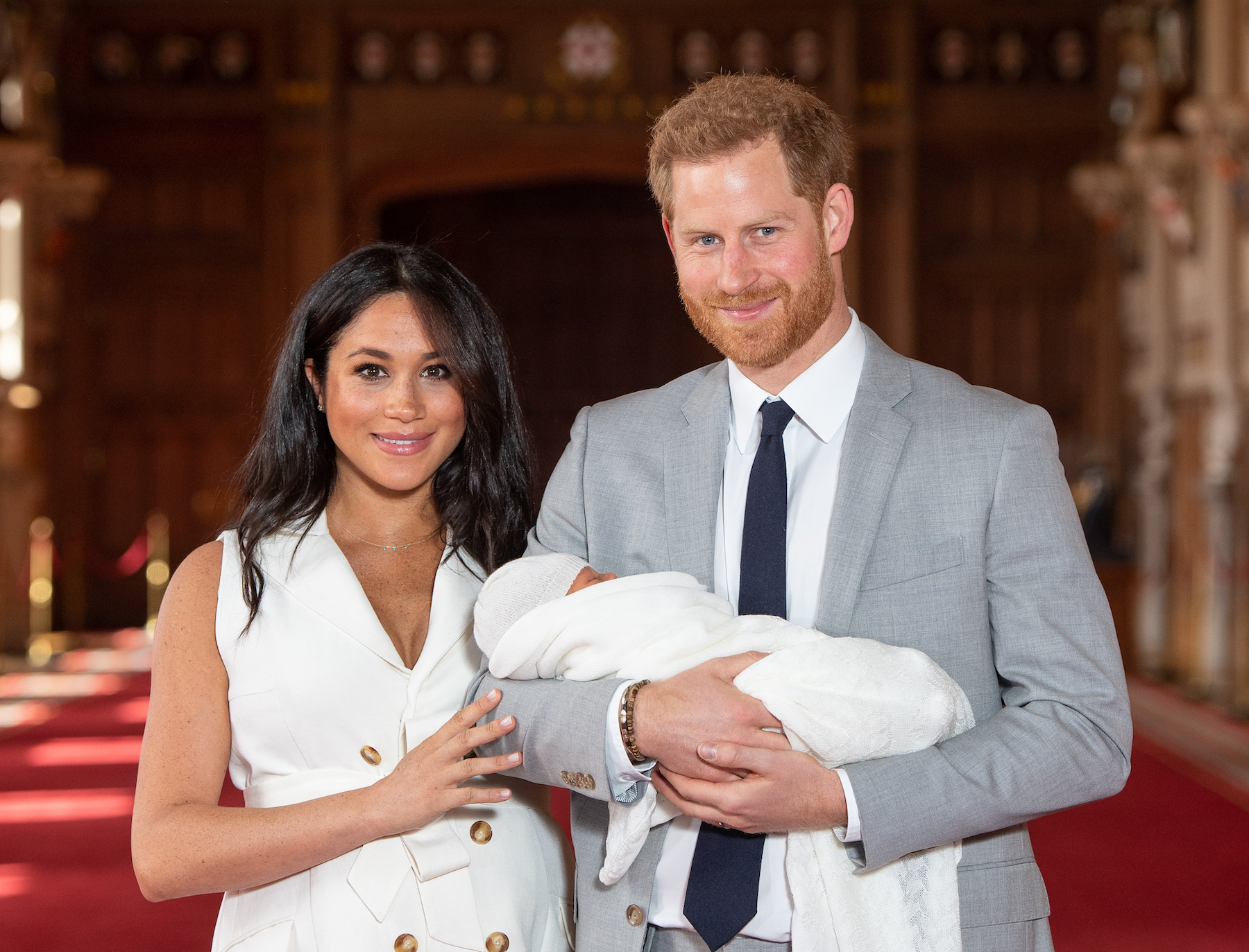 Prince Harry, Duchess Meghan, Meghan Markle, Archie - Prince Harry, Duke of Sussex and Meghan, Duchess of Sussex, pose with their newborn son Archie Harrison Mountbatten-Windsor during a photocall in St George's Hall at Windsor Castle on May 8, 2019 in Windsor, England. The Duchess of Sussex gave birth at 05:26 on Monday 06 May, 2019.