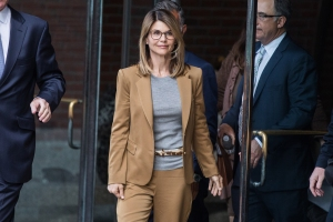 Lori Loughlin Team Wants FBI Notes Uncharged USC Parents