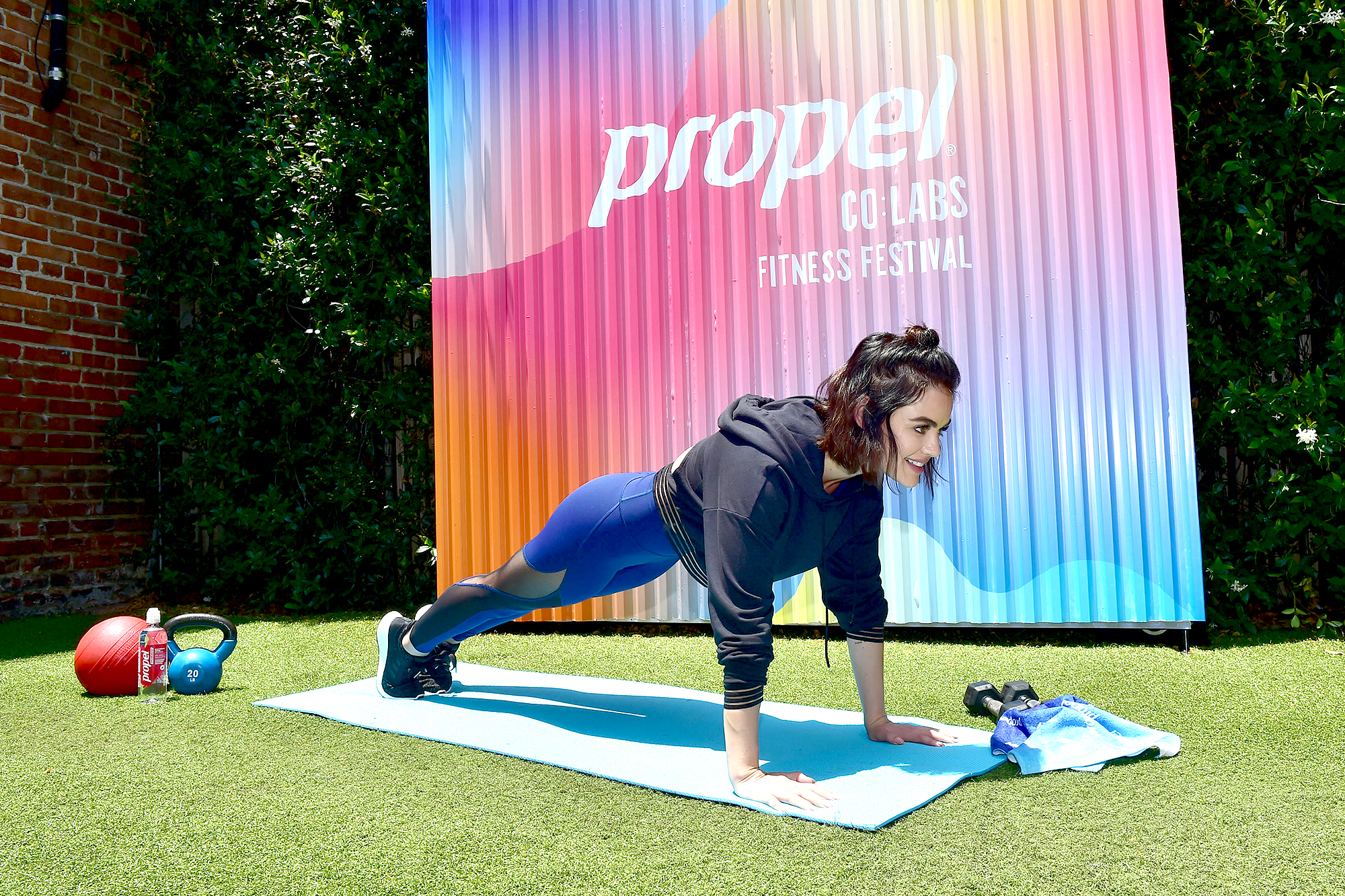 Lucy-Hale-workout-fitness-leggings-propel