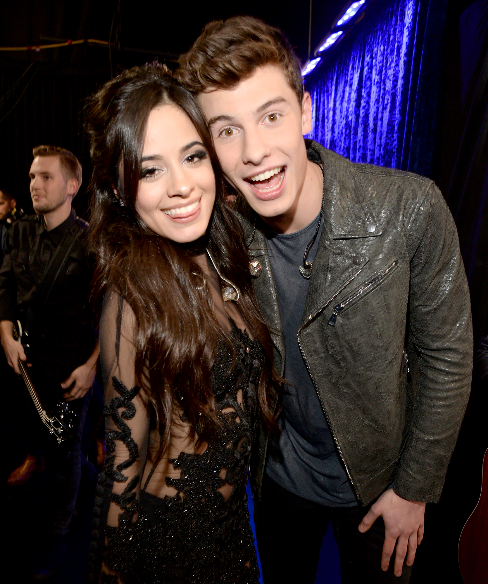 Shawn-Mendes-Camila-Cabello-hanging-out-2