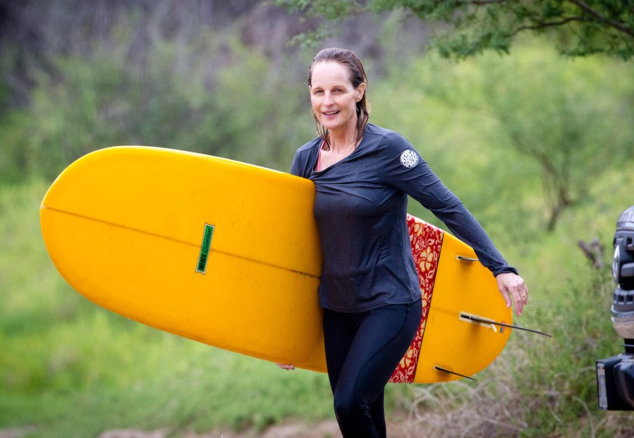 Helen-Hunt-surfing