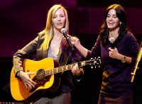 Lisa Kudrow, Courteney Cox Smelly Cat Performance 'Friends' Cast Reuniting Through the Years