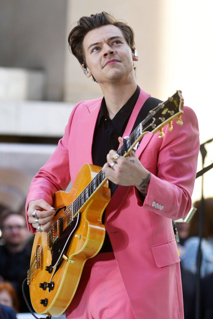Harry-Styles-One-Direction-Pink-Suit