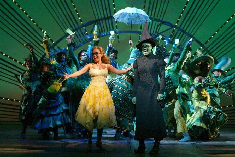 Kristin-Chenoweth-as-Glinda,-Idina-Menzel-as-Elphaba-Wicked