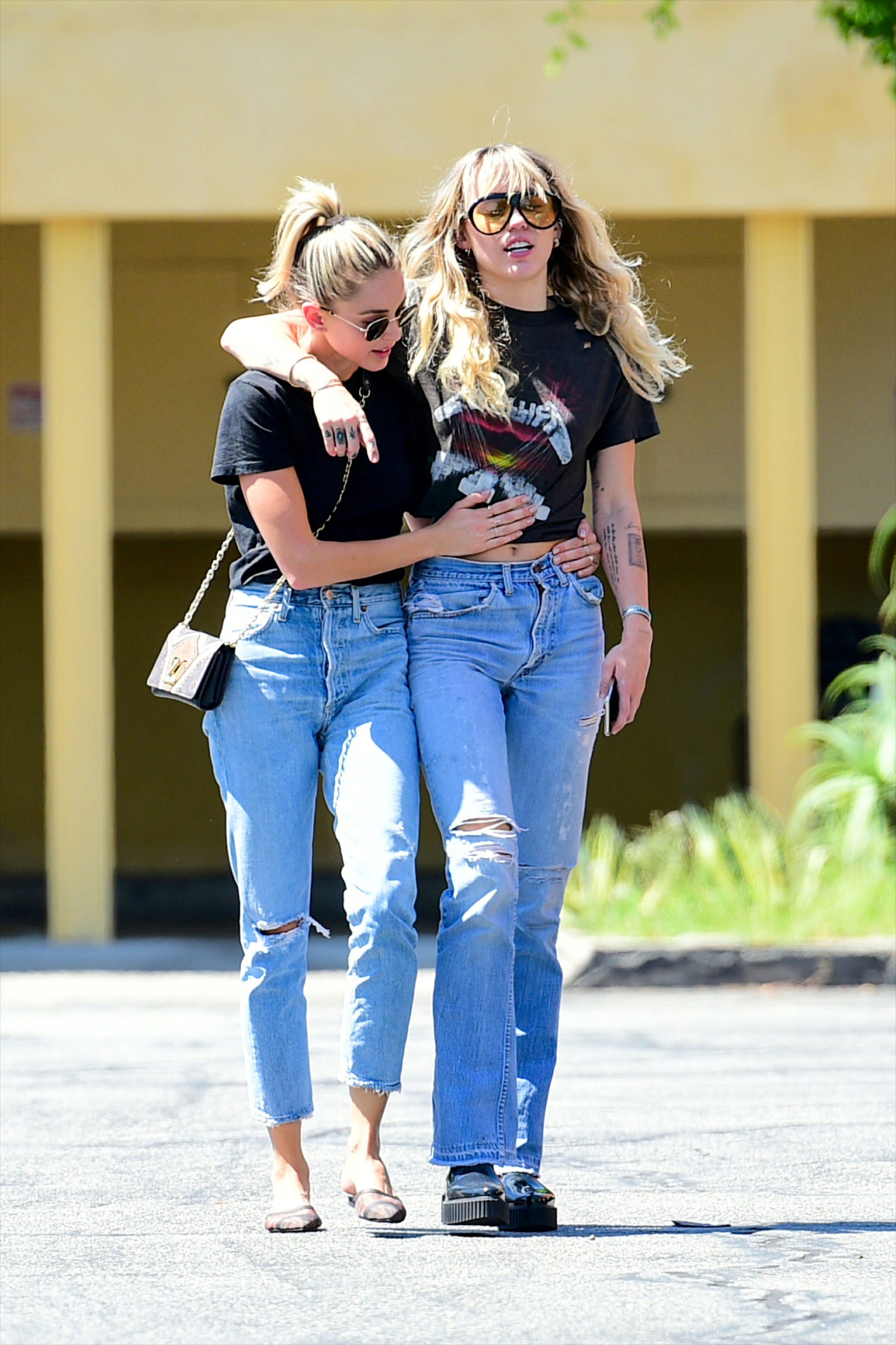 Miley Cyrus and Kaitlynn Carter Were Spotted 'Making Out' at Party in NYC-2