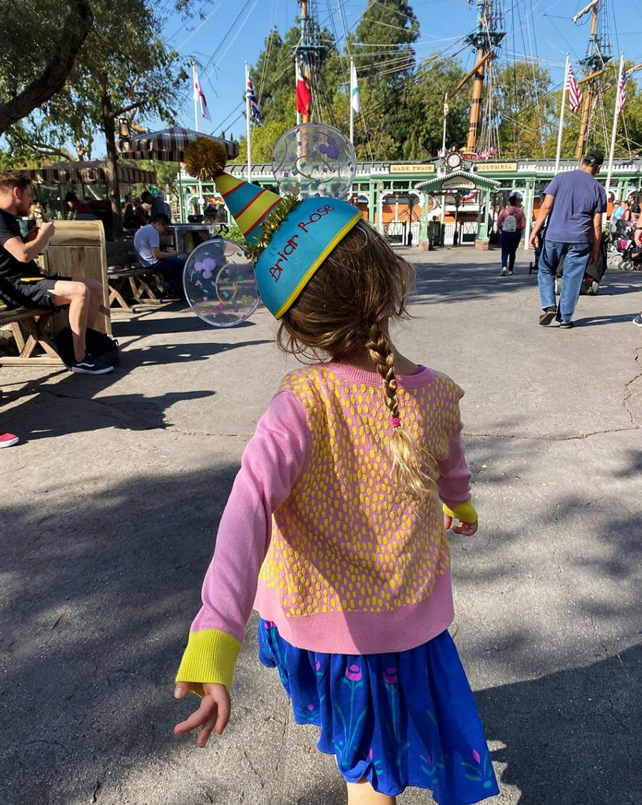 Exes-Rachel-Bilson-and-Hayden-Christensen-Take-Daughter-To-Disneyland