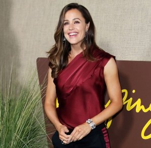 Jennifer Garner Gets an 'Aggressive' Christmas Tree That's Twice Her Size: 'Go Big or Go Home'