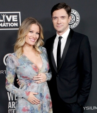 Ashley-Hinshaw-and-Topher-Grace-expecting
