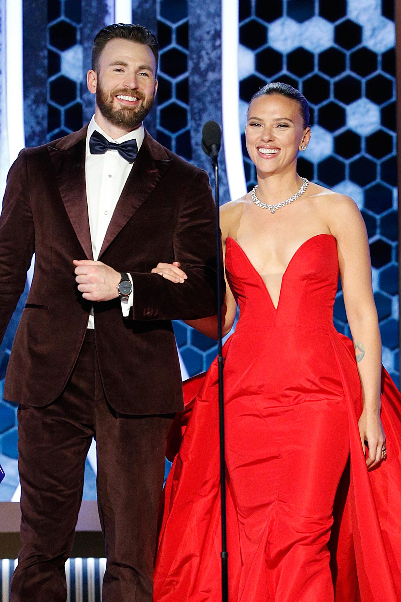 Golden Globes 2020 Chris Evans Helps Scarlett Johansson With Dress