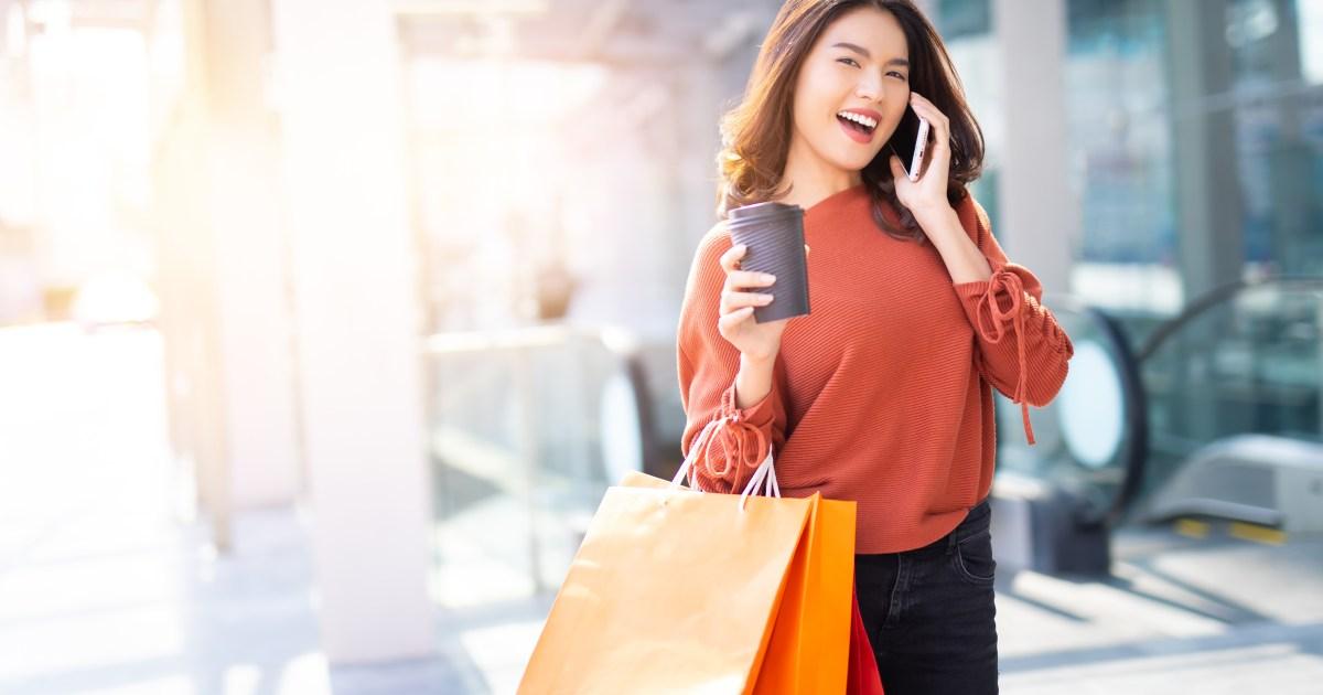 Woman shopping with bags - أفضل 4 مبيعات مصمم للتسوق خلال عطلة نهاية الأسبوع الطويلة