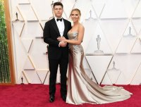 Scarlett Johansson and Colin Jost Sizzle on Oscars 2020 Red Carpet