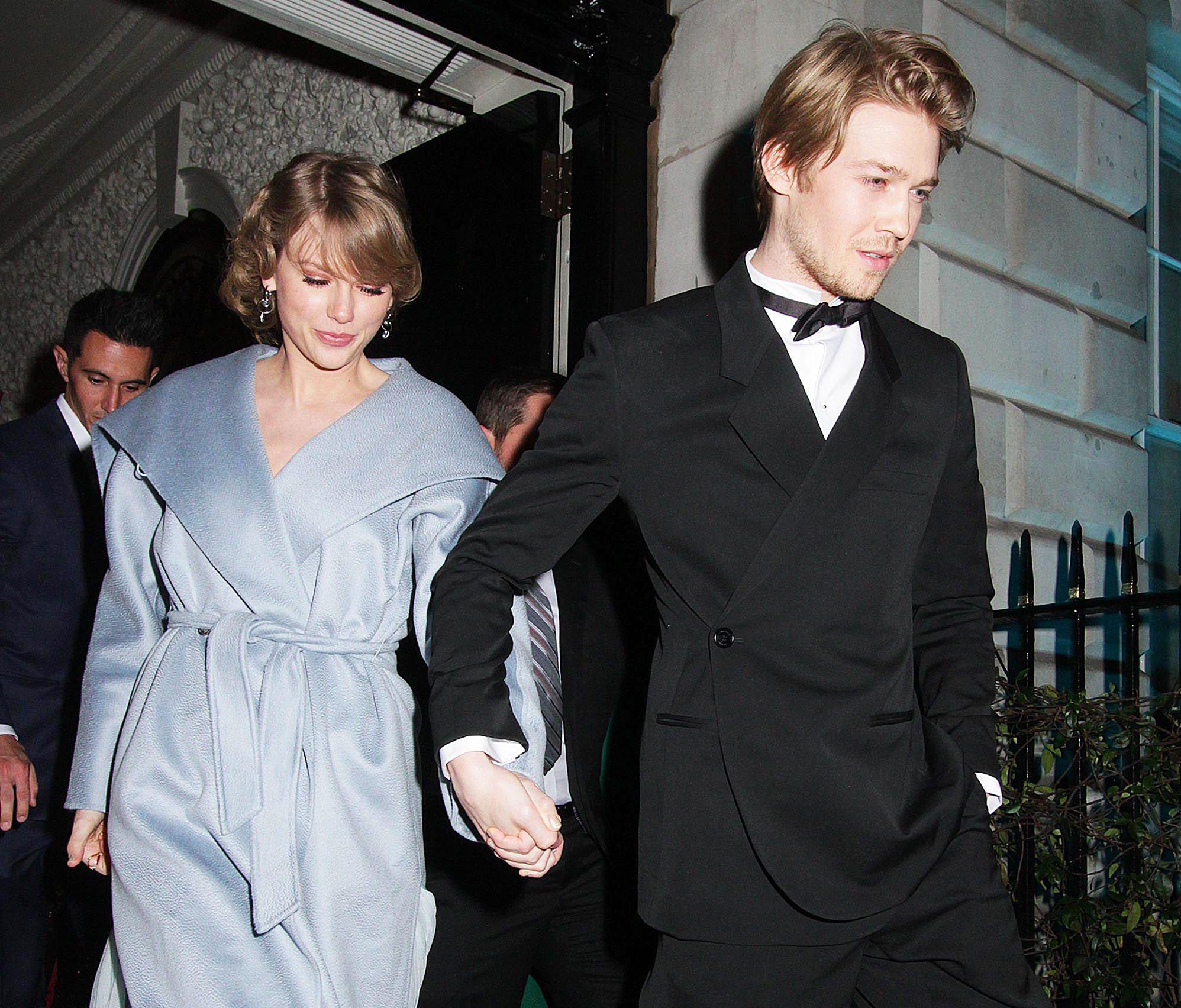 Taylor Swift Kisses Boyfriend Joe Alwyn At The NME Awards