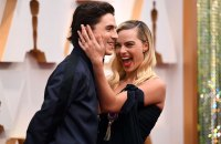 Timothee Chalamet Photobombs Margot Robbie Oscars Red Carpet