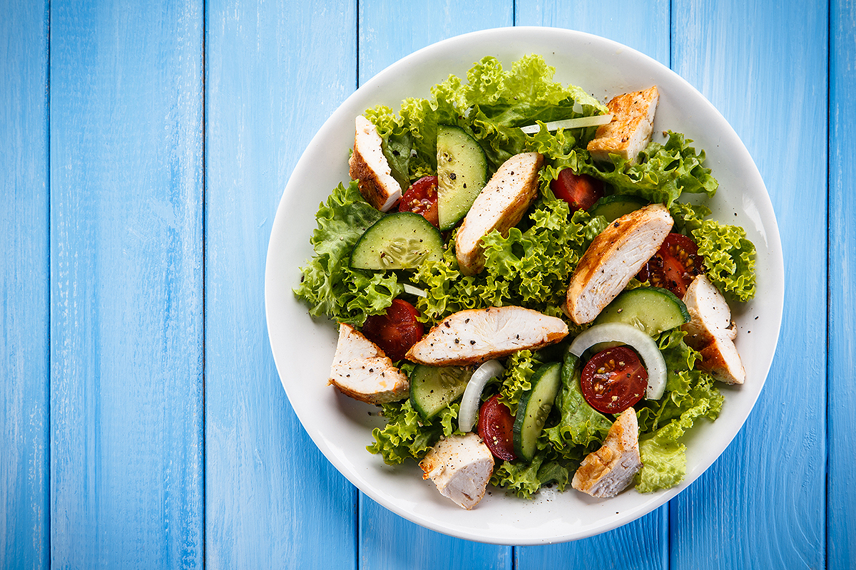 Salade de légumes à la viande de poulet rôtie