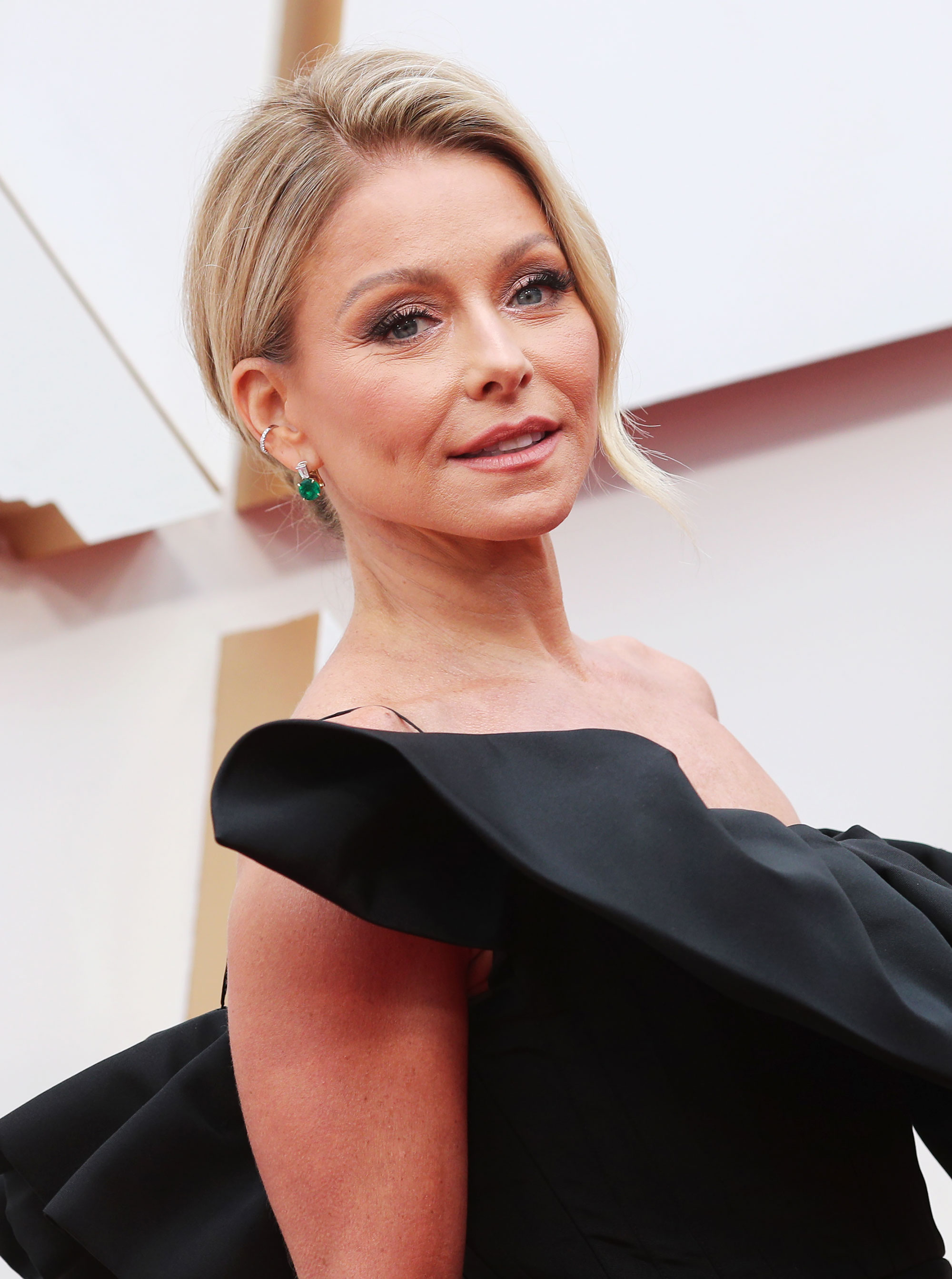 Kelly Ripa Leaves Roots Untreated Amid Covid 19 Outbreak Pics