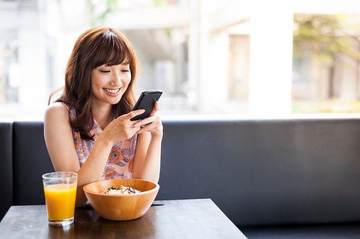 Mujer usando la aplicación Noop