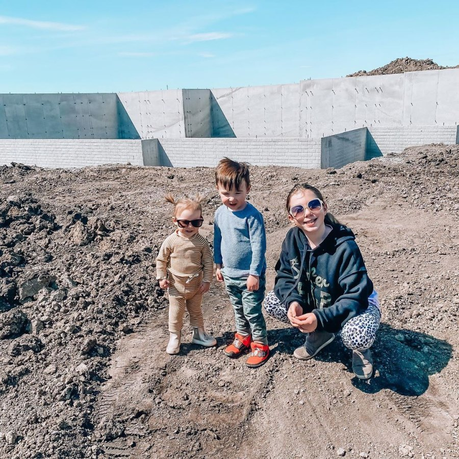 Pregnant Chelsea Houska and Cole DeBoer Are Building Farmhouse for Future Family of 6