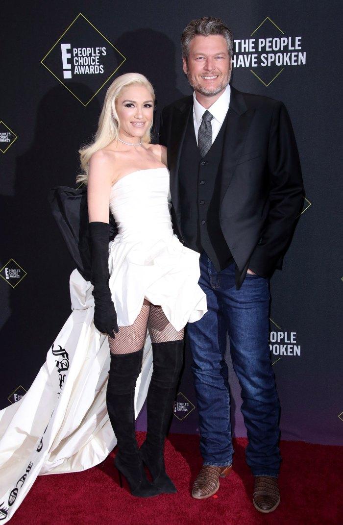 Blake Shelton quiere casarse con Gwen Stefani muy pronto después del compromiso Vestido blanco Botas negras Vaqueros azules