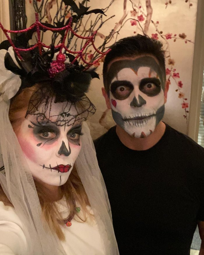 Kelly Ripa saca la entrepierna de Mark Consuelos de su marido en una nueva foto de Halloween después de la especulación de los fanáticos