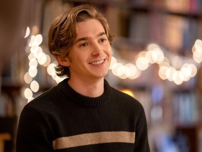 Austin Abrams presenta su próxima obsesión navideña Lily Dash