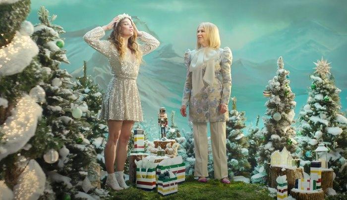 Catherine O'Hara y Annie Murphy en la campaña de vacaciones de la Bahía de Hudson