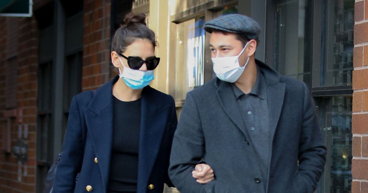 Channel Katie Holmes' Disposable Face Mask Style for Just Over 20 Cents.jpg