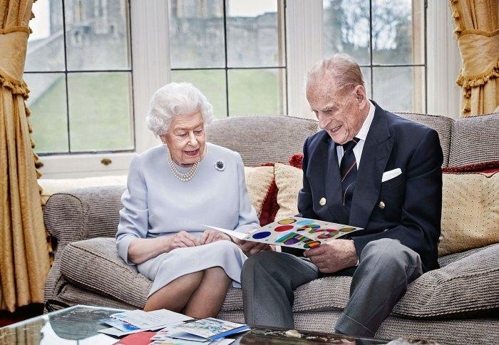 La reina Isabel II y el príncipe Felipe celebran el 73 aniversario con una tarjeta de sus bisnietos