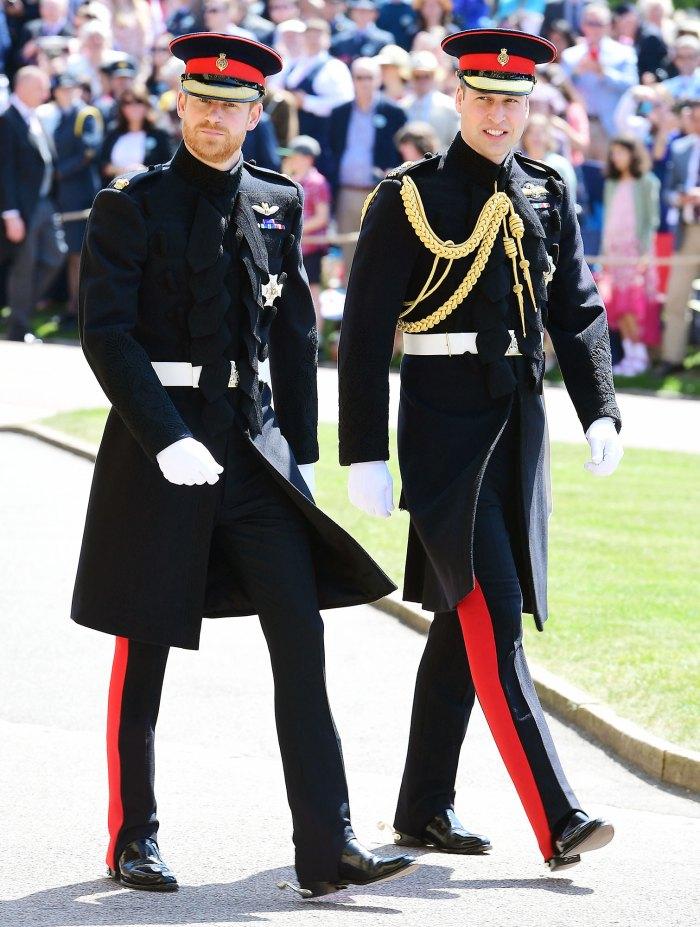 El príncipe Harry y el príncipe William llegan para la boda del príncipe Harry y Meghan Markle La corona Emma Corrin dice que se iría si veía al príncipe William y al príncipe Harry en una fiesta