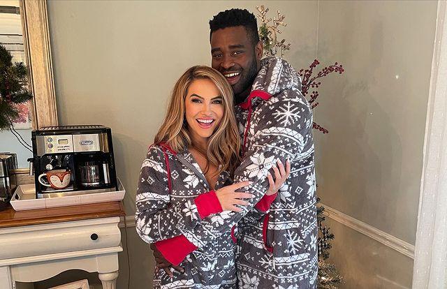 Chrishell Stause dice que su novio Keo Motsepe 'trajo una felicidad tan bienvenida' a la primera Navidad sin su mamá