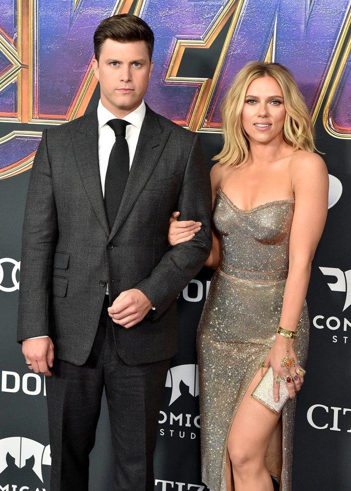 Colin Jost bromea a regañadientes sobre las controversias pasadas de casting de su esposa Scarlett Johansson en 'Saturday Night Live'